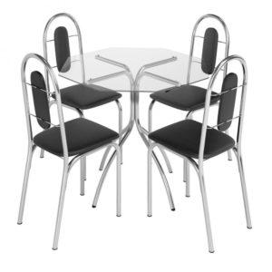 Vidro oitavado, incolor e transparente. Quatro cadeiras em courino.