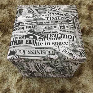 Pufe Baú Quadrado Desmontável 40x40cm Newspaper Jornal
